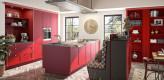 Landhausküche in rot mit modernem Design